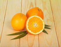 Половинный и весь апельсин на таблице Стоковая Фотография RF