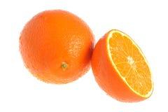 Половинный и весь апельсин предусматриванный падениями воды изолированными на whi Стоковое Изображение RF