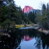 Половинный купол во время захода солнца на национальном парке Yosemite Стоковая Фотография RF