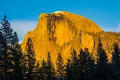 Половинный купол в свете захода солнца, национальном парке Yosemite, Californi Стоковое фото RF