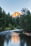 Половинный купол на заходе солнца в национальном парке Yosemite, Калифорнии, США Стоковое фото RF