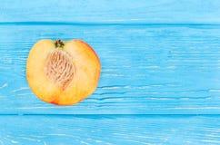 половинный персик Стоковые Изображения