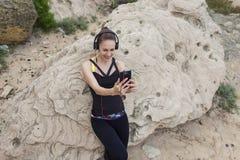Половинный портрет длины девушки спорта делая автопортрет с камерой мобильного телефона Стоковое Фото