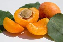 Половины абрикоса с листьями Стоковые Изображения