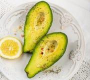 Половины авокадоа с солью и перцем масла Стоковая Фотография