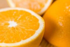 Половины апельсина белизна студии макроса здоровья еды хлопьев мозоли предпосылки Сок от плодоовощ Стоковое Изображение RF
