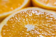 Половины апельсина белизна студии макроса здоровья еды хлопьев мозоли предпосылки Сок от плодоовощ Стоковые Фотографии RF
