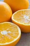 2 половины апельсина и конца-вверх 2 всего апельсинов Стоковое Фото