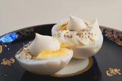 2 половины вареного яйца с соусом и перцем Стоковые Фото