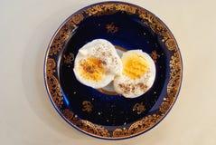 2 половины вареного яйца с соусом и перцем Стоковое Изображение