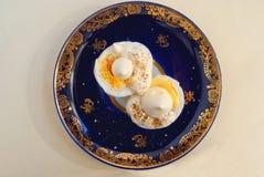 2 половины вареного яйца с соусом и перцем Стоковые Фотографии RF