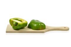 2 половины зеленого перца на деревянной разделочной доске Стоковое Фото