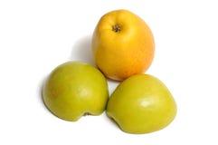2 половины зеленого яблока и яблока желтого цвета Стоковая Фотография