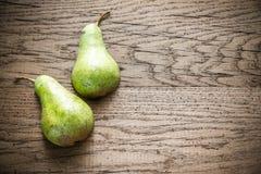 Половины зеленой груши на деревянной предпосылке Стоковое Изображение RF