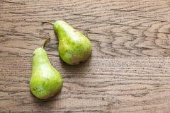 Половины зеленой груши на деревянной предпосылке Стоковые Фото