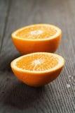 2 половины зрелого апельсина на деревянном столе Стоковое фото RF