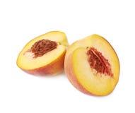 2 половины изолированного плодоовощ персика Стоковые Изображения