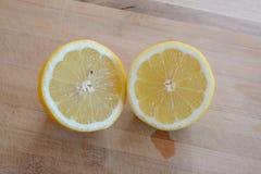 2 половины лимона на верхней части деревянного стола Стоковые Фотографии RF