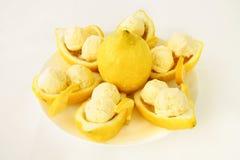 Половины лимона Amalfitano заполненные с мороженым лимона Стоковое фото RF