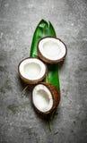 Половины кокоса на зеленых лист Стоковое Фото
