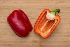 2 половины красного сладостного перца на деревянной предпосылке Стоковая Фотография