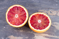 Половины отрезка апельсина крови на сером шифере Стоковое Изображение