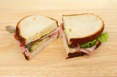Половины сандвича на древесине Стоковые Изображения