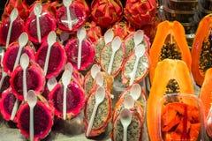 Половины свежего зрелого красных и белых плодоовощ и папапайи дракона упаковали с пластичными ложками Стоковое Изображение RF