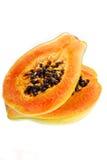 2 половины свежей папапайи изолированной на белизне Стоковое Фото
