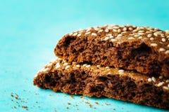 2 половины свежих испеченных печений с сезамом Стоковые Фотографии RF