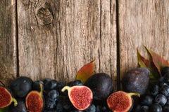 Половины смокв с виноградиной на деревянном положении квартиры Стоковое фото RF