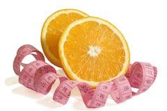2 половины сочного апельсина и переплетенного сантиметра Стоковое фото RF