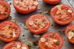 Половины томата для готовой жарки, с чесноком, тимианом и маслом Стоковое Фото