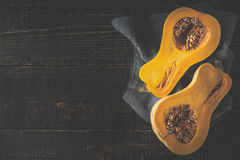 Половины тыквы на старом деревянном столе горизонтальном Стоковое фото RF