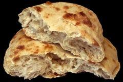 Половины хлеба Pitta сорванные хлебцем изолированные на черной предпосылке Стоковое Фото
