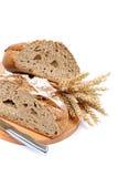 2 половины хлебец хлеба рож с ножом и ушами пшеницы Стоковые Изображения RF