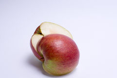 2 половины яблока красного цвета изолированной на белой предпосылке Стоковая Фотография