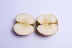 2 половины яблока красного цвета изолированной на белой предпосылке Стоковые Изображения RF