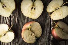 Половины Яблока на деревянном столе Стоковое Изображение RF