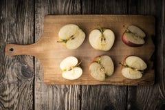 Половины Яблока на разделочной доске Стоковое фото RF