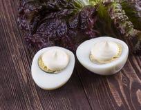 2 половины яичка с салатом майонеза на деревянном bac Стоковое Изображение