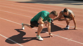 Подогрев 2 athlets на стадионе сток-видео