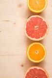 Положение апельсина и грейпфрута неполной вырубки плоское на деревянной предпосылке Стоковое фото RF