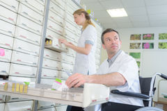 Положение аптекаря и техник фармации в кресло-коляске Стоковые Фото