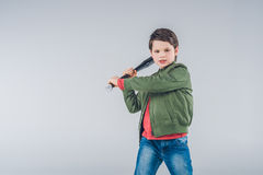 Положение бейсбольной биты мальчика угрожающе размахивая Стоковая Фотография RF