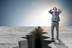 Положение бизнесмена вспугнутое рядом с скалой Стоковые Изображения RF