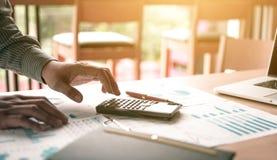 Положение бизнесмена и калькулятор использования о отчетном докладе o Стоковые Изображения