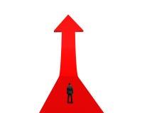 Положение бизнесмена и смотреть на растущую красную стрелку Стоковая Фотография RF