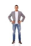 Положение бизнесмена улыбки детенышей вскользь Стоковая Фотография RF