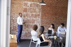 Положение бизнесмена для того чтобы адресовать встречу зала заседаний правления Стоковая Фотография RF